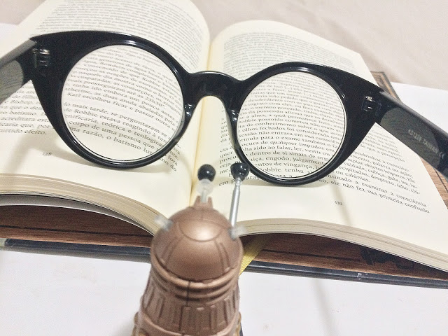 Em um sábado em casa, a gente acorda na hora que quiser, e passa o tempo que quiser lendo um livro bem bacana.